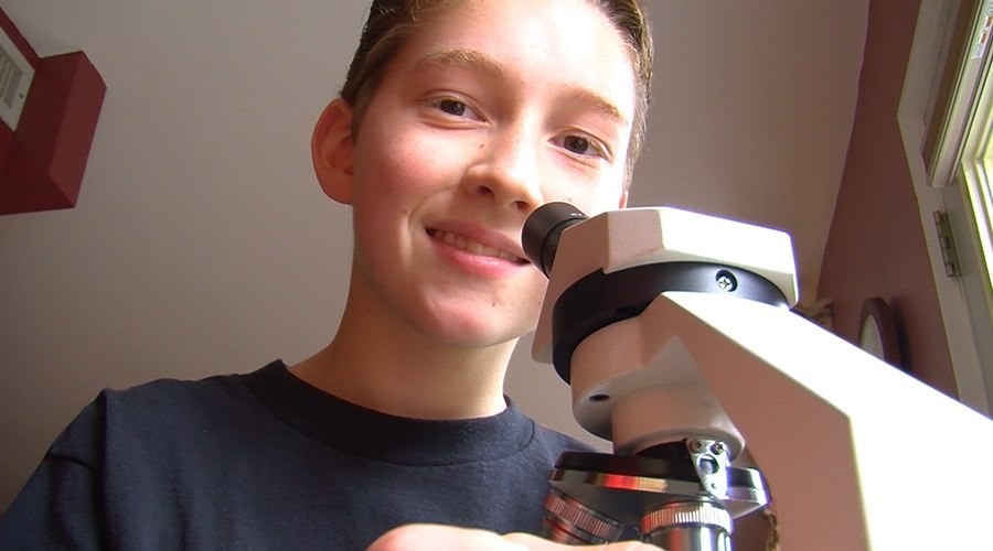 PA Virtual Charter School student uses microscope